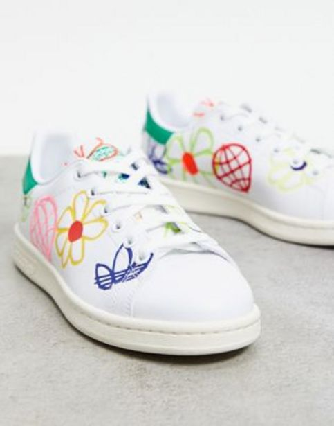 Adidas Originals Sustainable  Stan Smiths in white with all over graphic print v akcii za 50,95€